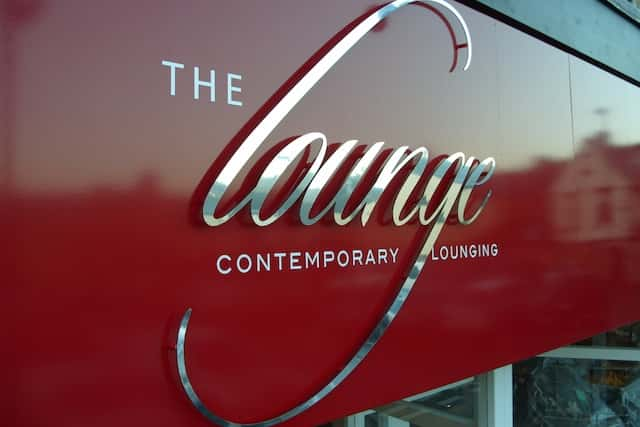 flat-cut-letters-the-lounge